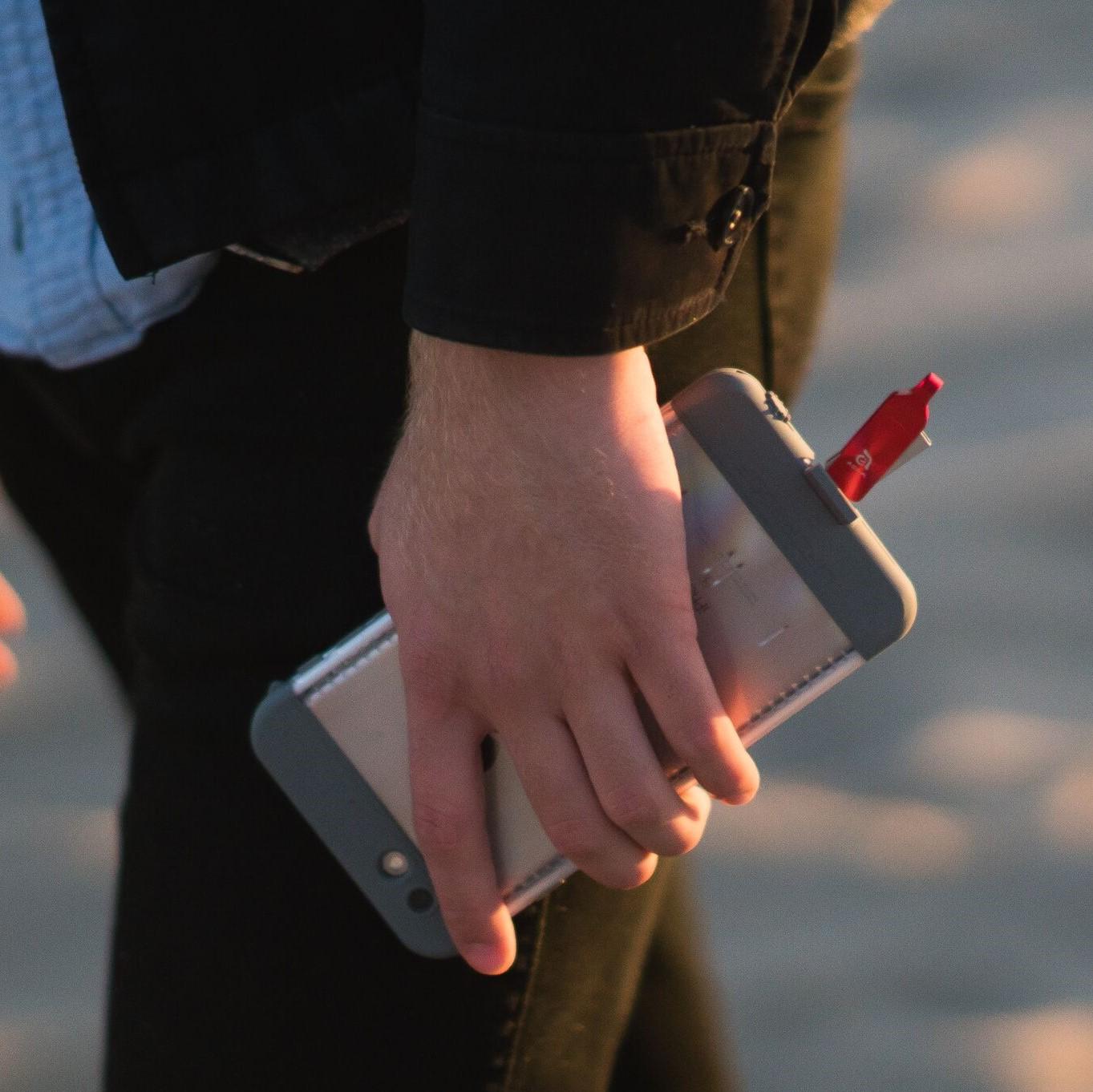 Adam Elements Iklips Duo Flash Disk S Lightningem A Usb31 64gb Element Drive 64 Gb Grey Ruka Drc Telefon V Mohutnm Obalu Se Zapojenm